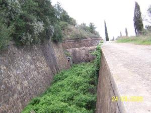 Fossat de Sant Julià de Ramis, actualment en obres, veiem que la caponera amb fuselleria cobreix el fossat.