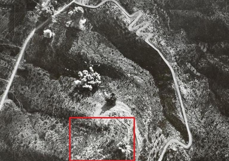 Bombardeig italià a Coll de Balaguer, dins el recuadre apreciem la silueta del Fort de Sant Felip.