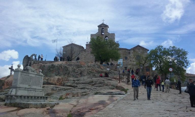 Santuari de la Virgen de la Cabeza, espectacular edificació que regna sobre un paratge de gran belleza.