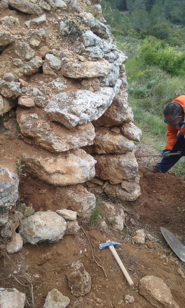 Primeres pedres després de l'obligatoria neteja.