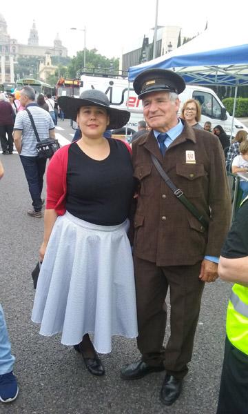 Passatger dels anys 50 i conductor. Els dos mostren la seva roba amb orgull.